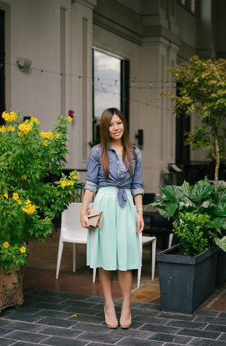Как и с чем носить: синяя классическая рубашка из шамбре, бело-черный укороченный топ в горизонтальную полоску, мятная юбка-миди со складками, бежевые кожаные босоножки на каблуке