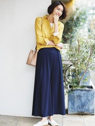 Как и с чем носить: желтая классическая рубашка, белая футболка с длинным рукавом, темно-синие широкие брюки, белые кожаные лоферы