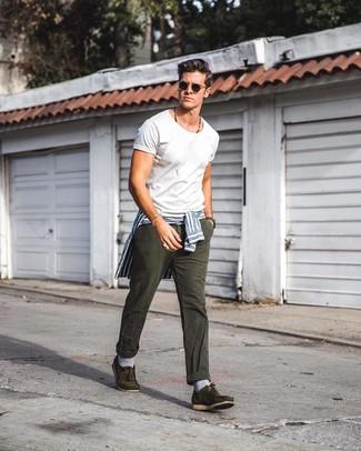 Модный лук: бело-синяя классическая рубашка в вертикальную полоску, белая футболка с круглым вырезом, темно-серые джинсы, оливковые замшевые топсайдеры