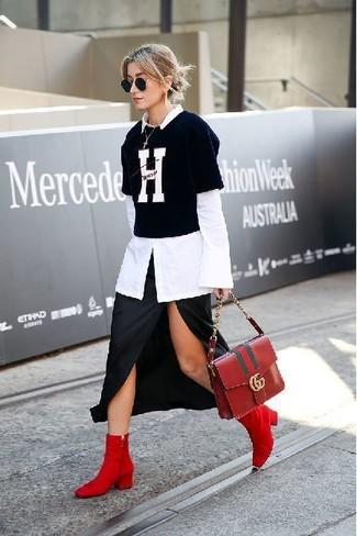 Как и с чем носить: белая классическая рубашка, черно-белая футболка с круглым вырезом с принтом, черная юбка-миди с разрезом, красные замшевые ботильоны