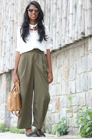 Как и с чем носить: белая шелковая классическая рубашка, зеленые широкие брюки, черные кожаные балетки, светло-коричневая кожаная большая сумка