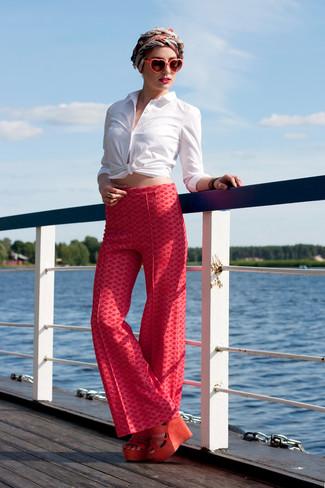 Как и с чем носить: белая классическая рубашка, красные широкие брюки с принтом, оранжевые замшевые босоножки на танкетке, красно-белый шелковый шарф