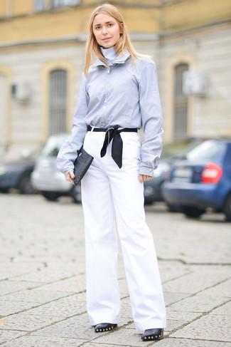 Как и с чем носить: голубая классическая рубашка, белые широкие брюки, черные кожаные ботильоны с украшением, черный кожаный клатч