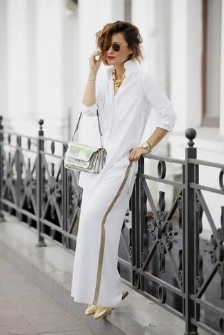 Как и с чем носить: белая классическая рубашка, белые широкие брюки, золотые кожаные сабо, серебряная кожаная сумка через плечо