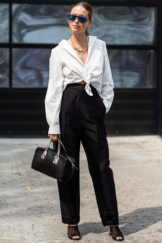 Как и с чем носить: белая классическая рубашка, черные широкие брюки, черные сабо в сеточку, черная кожаная сумочка