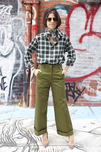 Как и с чем носить: темно-зеленая классическая рубашка в шотландскую клетку, оливковые широкие брюки, серые замшевые туфли с украшением, мятный шелковый шарф с принтом
