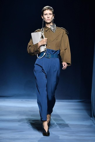 Белый кожаный клатч: с чем носить и как сочетать: Оливковая классическая рубашка и белый кожаный клатч — превосходная формула для воплощения модного и практичного образа. В тандеме с этим нарядом гармонично выглядят черные кожаные туфли.