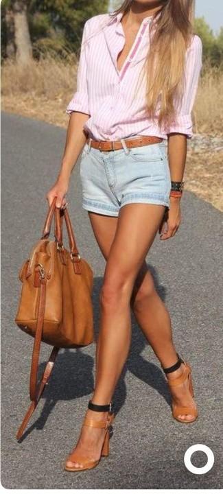 Как и с чем носить: розовая классическая рубашка в вертикальную полоску, голубые джинсовые шорты, светло-коричневые кожаные босоножки на каблуке, табачная кожаная большая сумка