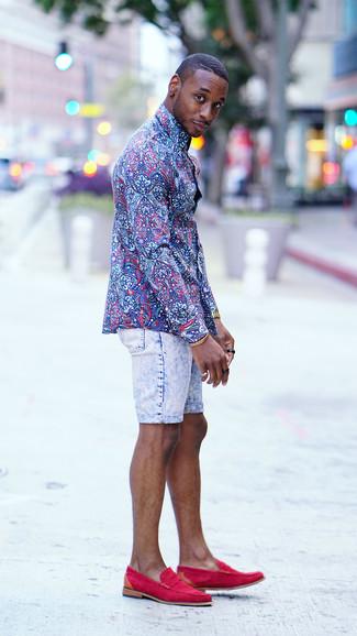Как и с чем носить: синяя классическая рубашка с цветочным принтом, голубые джинсовые шорты, ярко-розовые замшевые лоферы, золотые часы
