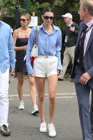 Как и с чем носить: голубая классическая рубашка, белые шорты, белые низкие кеды, белая сумка-саквояж из плотной ткани