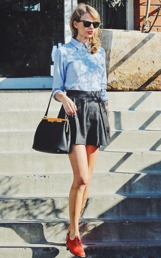 Как Taylor Swift носит Голубая классическая рубашка, Черные шорты, Красные кожаные оксфорды, Черная кожаная сумочка