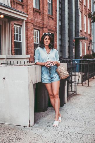Белые кожаные сандалии на плоской подошве: с чем носить и как сочетать: Голубая шелковая классическая рубашка и голубые шорты — великолепный выбор, если ты хочешь составить лёгкий, но в то же время модный образ. Если сочетание несочетаемого импонирует тебе не меньше, чем проверенная классика, заверши свой ансамбль белыми кожаными сандалиями на плоской подошве.