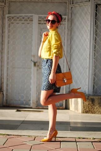 Как и с чем носить: желтая классическая рубашка, темно-синие шорты с цветочным принтом, оранжевые туфли, оранжевая сумка через плечо