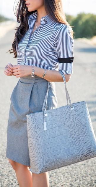 Как и с чем носить: бело-темно-синяя классическая рубашка в вертикальную полоску, серая юбка-карандаш, серая кожаная большая сумка со змеиным рисунком, серебряный браслет