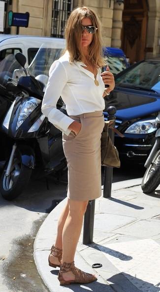 Как и с чем носить: белая шелковая классическая рубашка, бежевая юбка-карандаш, коричневые кожаные сандалии на плоской подошве со змеиным рисунком, черно-золотые солнцезащитные очки