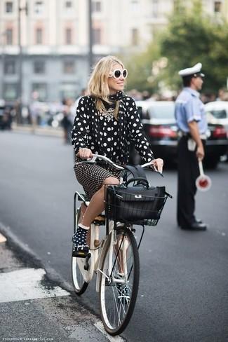 Как и с чем носить: черно-белая шифоновая классическая рубашка в горошек, черно-белая юбка-карандаш в горошек, черная кожаная сумка-саквояж, черно-белый шарф в горошек