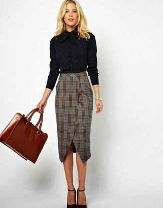Как и с чем носить: черная классическая рубашка, серая юбка-карандаш в шотландскую клетку, черные кожаные туфли, табачная кожаная большая сумка