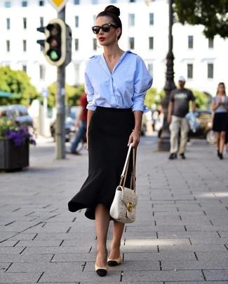 Как и с чем носить: голубая классическая рубашка, черная юбка-карандаш с рюшами, черно-бежевые кожаные туфли, белая кожаная стеганая сумка-саквояж