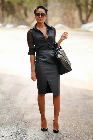 Как и с чем носить: черная шифоновая классическая рубашка, черная кожаная юбка-карандаш, черные кожаные туфли, черная кожаная большая сумка