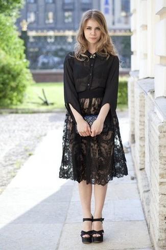 Как и с чем носить: черная шифоновая классическая рубашка, черная кружевная юбка-миди со складками, черные кожаные босоножки на каблуке, черный кожаный стеганый клатч