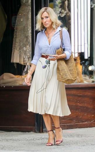Как Sarah Jessica Parker носит Голубая классическая рубашка, Белая юбка-миди со складками, Темно-красные кожаные босоножки на каблуке, Светло-коричневая соломенная большая сумка