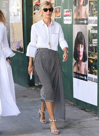 Как и с чем носить: белая классическая рубашка, черно-белая юбка-миди в мелкую клетку, серые кожаные босоножки на каблуке, черные солнцезащитные очки