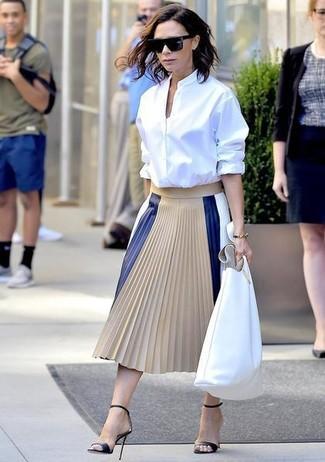 Как и с чем носить: белая классическая рубашка, бежевая кожаная юбка-миди со складками, черные кожаные босоножки на каблуке, белая кожаная большая сумка