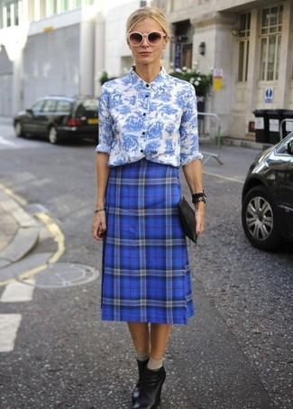 Как и с чем носить: бело-синяя классическая рубашка с цветочным принтом, синяя юбка-миди в шотландскую клетку, черные кожаные ботильоны на танкетке, черный кожаный клатч
