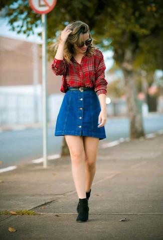 Как и с чем носить: красная классическая рубашка в шотландскую клетку, синяя джинсовая юбка на пуговицах, черные замшевые ботинки челси, черный кожаный ремень