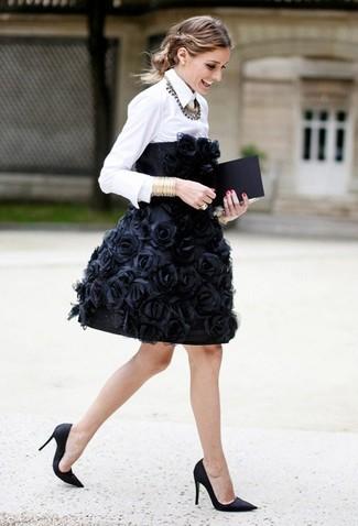 Как и с чем носить: черное коктейльное платье с вышивкой, белая классическая рубашка, черные сатиновые туфли, золотой браслет
