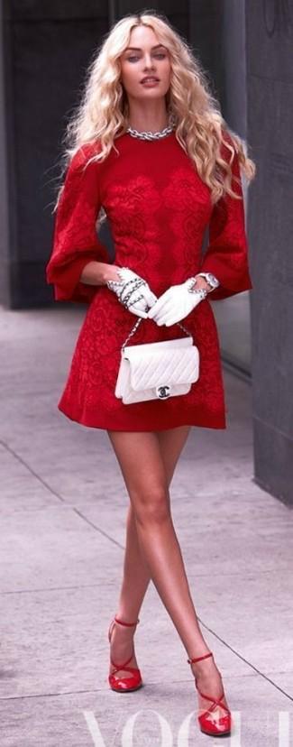 Красное платье с белой сумкой