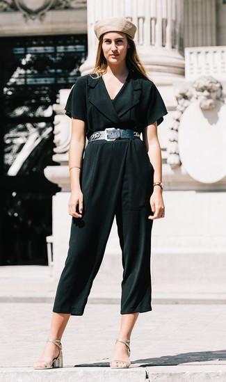 Как и с чем носить: темно-зеленый комбинезон, серебряные кожаные босоножки на каблуке, бежевый берет, черный кожаный пояс