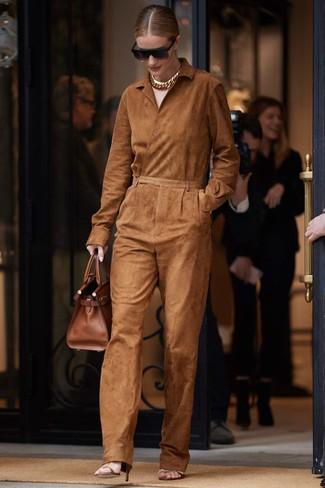 Коричневые кожаные босоножки на каблуке: с чем носить и как сочетать: Табачный замшевый комбинезон — идеальный выбор, если ты ищешь простой, но в то же время модный лук. Весьма органично здесь выглядят коричневые кожаные босоножки на каблуке.