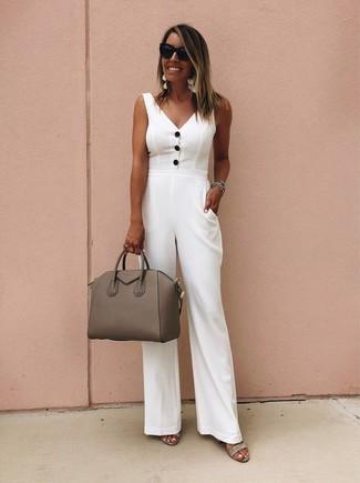 Как и с чем носить: белый комбинезон, серые замшевые босоножки на каблуке, коричневая кожаная сумка-саквояж, черные солнцезащитные очки