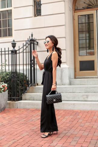 Как и с чем носить: черный комбинезон, черные кожаные босоножки на каблуке, черная кожаная стеганая сумка-саквояж, серебряные солнцезащитные очки