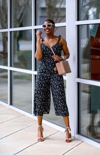 Как и с чем носить: темно-синий комбинезон с цветочным принтом, бежевые кожаные босоножки на каблуке, бежевая кожаная сумка через плечо, черно-белые солнцезащитные очки