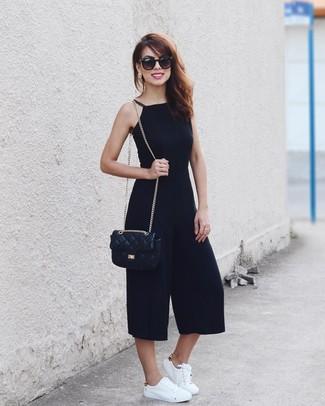 Как и с чем носить: черный комбинезон, белые кожаные низкие кеды, черная кожаная стеганая сумка через плечо, черные солнцезащитные очки