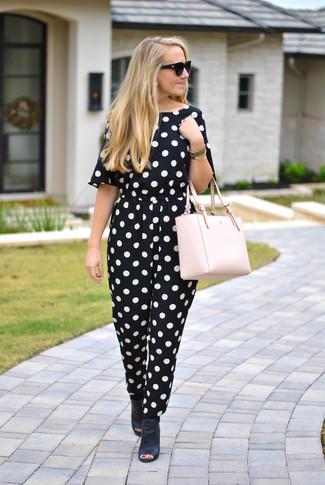 Как и с чем носить: черно-белый комбинезон в горошек, черные кожаные сабо, розовая кожаная большая сумка, черные солнцезащитные очки
