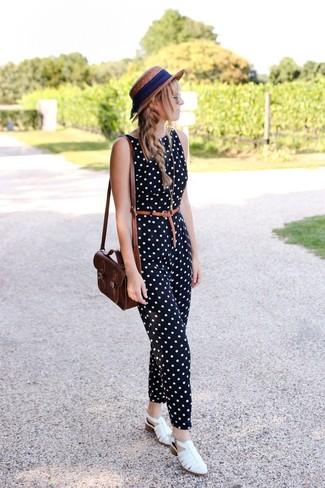 Как и с чем носить: черно-белый комбинезон в горошек, белые кожаные сандалии на плоской подошве, темно-коричневая кожаная сумка через плечо, коричневая соломенная шляпа