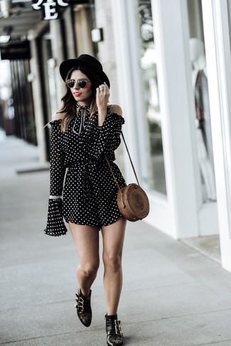 Как и с чем носить: черно-белый комбинезон с шортами в горошек, черные кожаные ботильоны с шипами, коричневая соломенная сумка через плечо, черная шерстяная шляпа