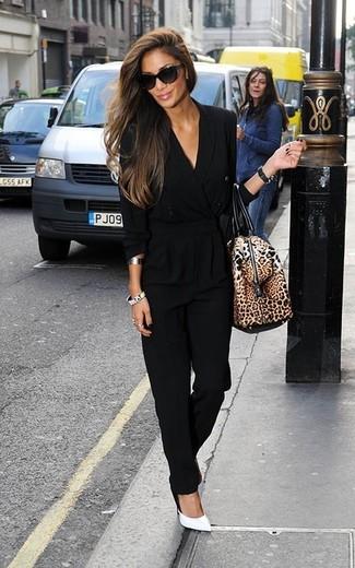 Как и с чем носить: черный комбинезон, белые кожаные туфли, коричневая кожаная спортивная сумка с леопардовым принтом, черные солнцезащитные очки