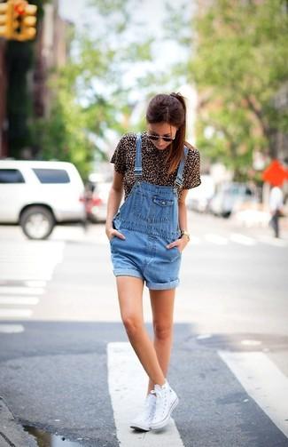 Если у тебя творческое место работы или довольно демократичный дресс-код, обрати внимание на сочетание коричневой блузки и синих джинсовых шорт-комбинезона. Чтобы образ не получился слишком отполированным, можно завершить его белыми высокими кедами.