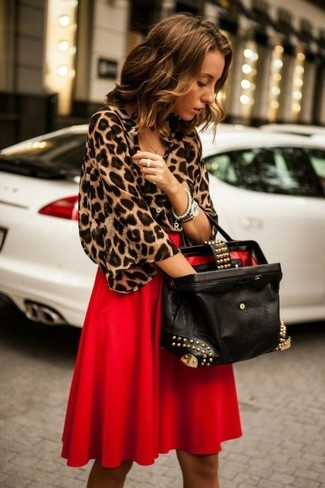 Как и с чем носить: коричневая блуза с коротким рукавом с леопардовым принтом, красная юбка-миди со складками, черная кожаная большая сумка с украшением, серебряные часы