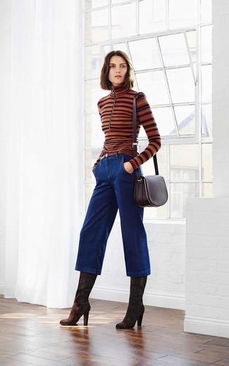 С чем носить темно-синие джинсовые брюки-кюлоты: Дуэт коричневой водолазки в горизонтальную полоску и темно-синих джинсовых брюк-кюлотов позволит выглядеть по моде, а также подчеркнуть твой индивидуальный стиль. Любишь незаезженные идеи? Заверши ансамбль темно-коричневыми замшевыми сапогами.