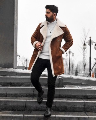 Мужские луки: Коричневая дубленка и черные зауженные джинсы — великолепный лук, если ты ищешь расслабленный, но в то же время модный мужской лук. Если ты предпочитаешь смелые настроения в своих ансамблях, дополни этот черными кожаными ботинками челси.