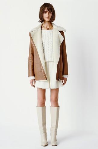 Как и с чем носить: коричневая дубленка, белый вязаный свитер, белые шорты, бежевые кожаные сапоги