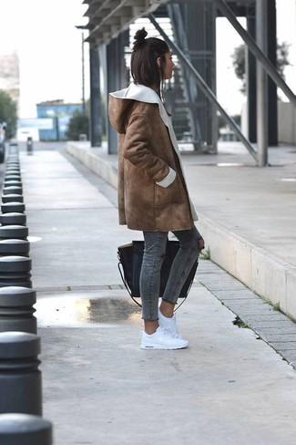 Как и с чем носить: коричневая дубленка, темно-серые рваные джинсы скинни, белые низкие кеды, черная кожаная большая сумка