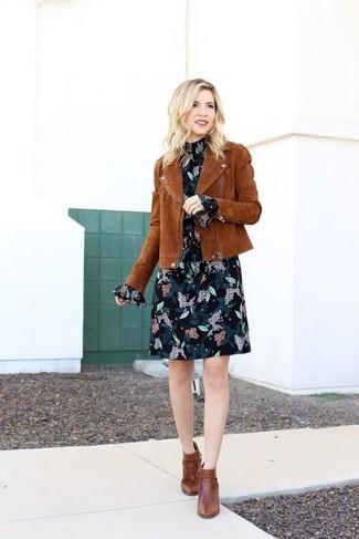 Как и с чем носить: коричневая замшевая косуха, черное шифоновое платье прямого кроя с цветочным принтом, коричневые кожаные ботильоны