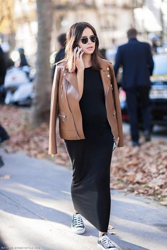 Как и с чем носить: коричневая кожаная косуха, черное платье-макси, черно-белые низкие кеды из плотной ткани