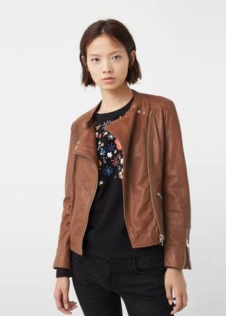 Как и с чем носить: коричневая кожаная косуха, черный свитер с круглым вырезом с цветочным принтом, черные джинсы скинни